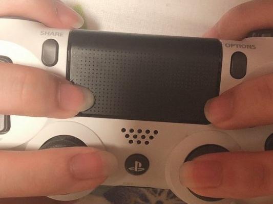 Gamer Girl giapponese impugna il controller di PS4 al contrario e fa impazzire la rete - Notizia