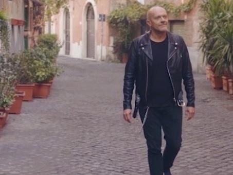 Max Pezzali canta i mali di Roma: dal traffico ai branchi di cinghiali, ecco il nuovo singolo