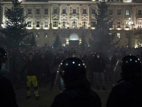 Restrizioni anti-Covid, scoppia la protesta anche a Trieste: in migliaia in piazza Unità cantano l'Inno di Mameli