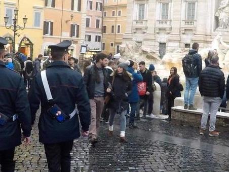 Trevi, blitz anti-ambulanti: 400 articoli sequestrati e 67mila euro di multa. Scattano i daspo