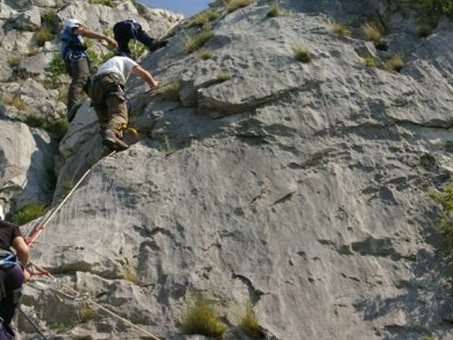 Sbagliano percorso e si perdono sui monti, salvi dopo essersi calati da soli da una parete