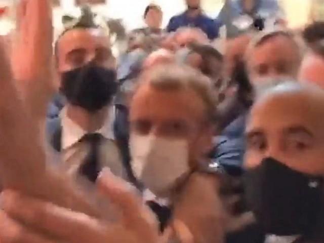 Francia, Macron colpito da un uovo durante la visita a Lione | video