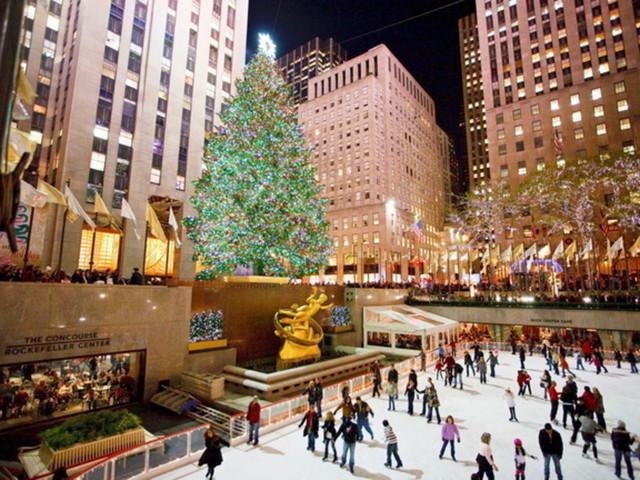 New York, al RockfellerCenter acceso l'albero di Natale più famoso del mondo
