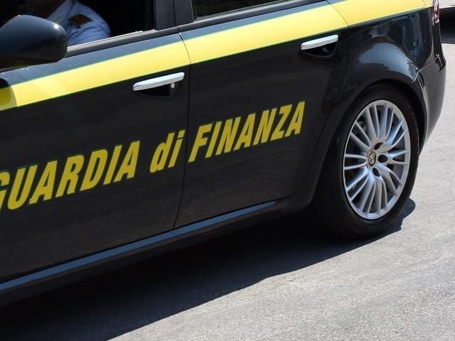 Brescia, compra il Porsche dagli arresti domiciliari e riceve il reddito di cittadinanza: denunciato