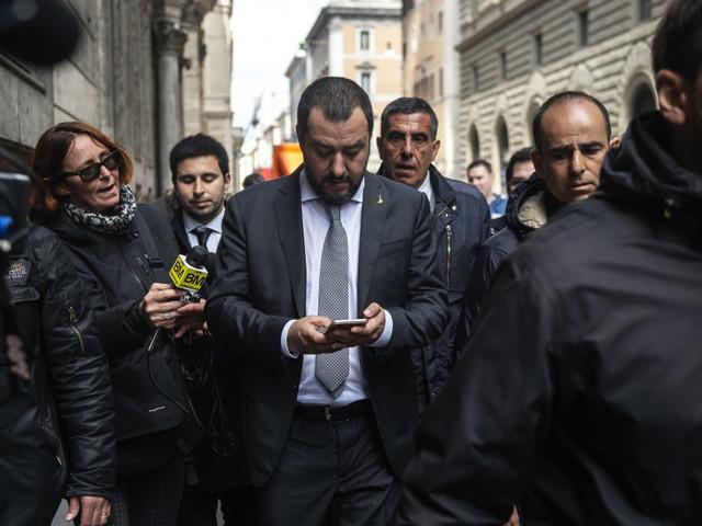 Salone del (telefono) mobile. Salvini va alla kermesse milanese, ma il cellulare è rovente