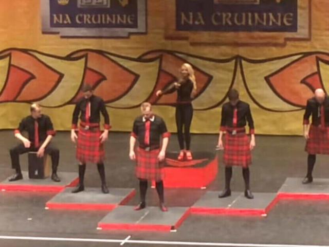 Quattro uomini in kilt salgono sul palco esibendosi in una magnifica danza irlandese