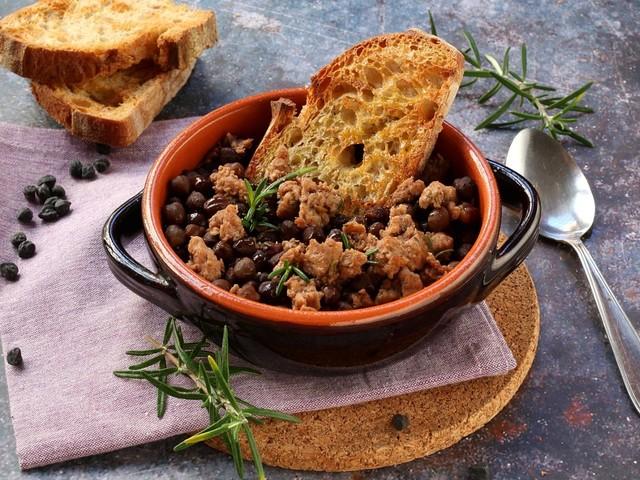 Zuppa di ceci neri e salsiccia: la ricetta del piatto ricco e gustoso