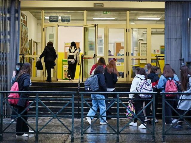 """Dal Green Pass che scade durante le lezioni alle quarantene differenziate: ecco i nuovi """"rompicapi"""" dei Presidi"""