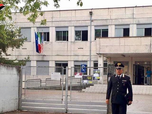 Undicenne pesta due coetanei fuori da una scuola media di Padova