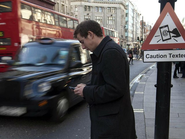 Smartphone pericoloso nel concreto: i rischi che si corrono ogni giorno