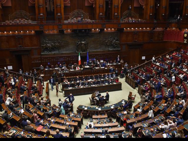 Il Parlamento compatto vota l'aumento del deficit. Pronti 25 miliardi