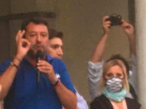 """Salvini ricorda Giovanni Cavatorta e poi attacca: """"Con Nicola sindaco sì al lavoro e no ai clandestini"""""""
