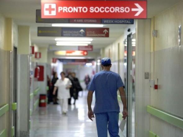 Aggredisce l'infermiere e gli spezza un tendine: fermato 25enne straniero