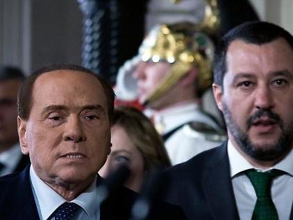 Matteo Salvini ad Arcore per un accordo con Silvio Berlusconi, l'accusa del M5s