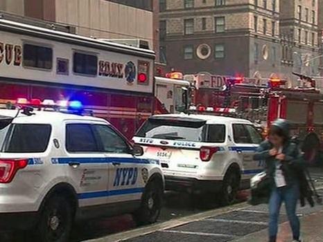 New York, elicottero si schianta su un grattacielo: morto il pilota