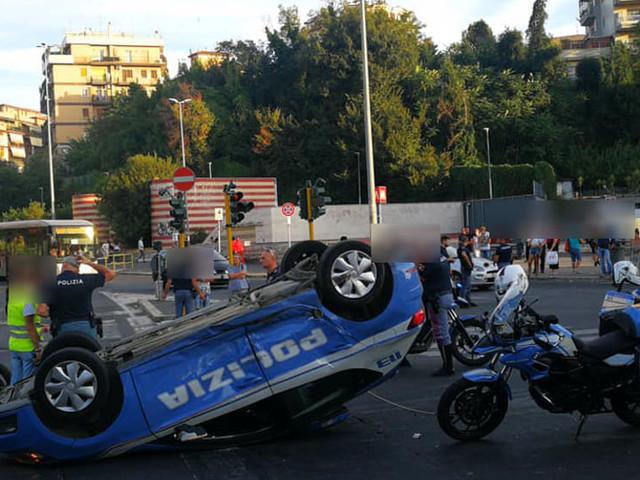 Via Battistini, auto della polizia finisce ribaltata dopo scontro con Smart: 4 feriti
