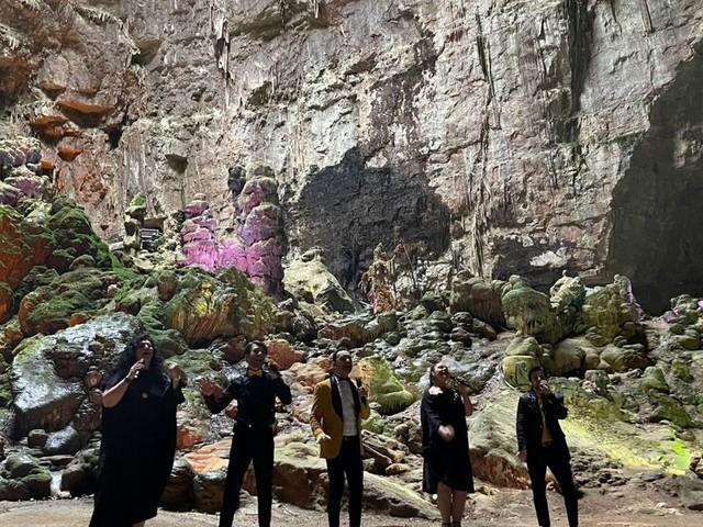 Un concerto nel meraviglioso scenario delle Grotte di Castellana: il progetto del Mezzotono, gruppo vocale di origine pugliese, per promuovere l'Italia all'estero