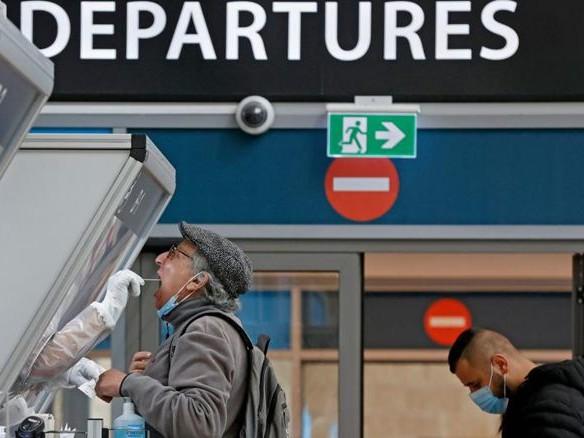 Viaggiare tra tamponi e vaccini: Emirates ed Etihad sperimentano il passaporto digitale