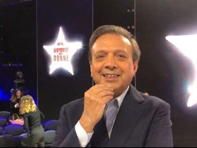Katia Follesa, via la giacca e con orgoglio le fa vedere a tutti! Piero Chiambretti imbarazzatissimo