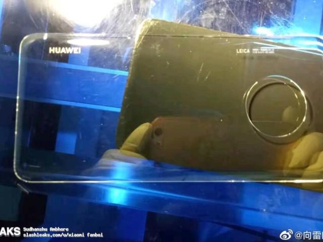"""Huawei Mate 30 Pro mostrato in pubblico col suo """"display a cascata"""""""