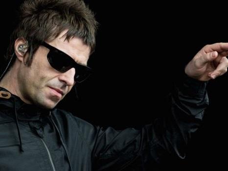 Un fan di Liam Gallagher pela patate durante un concerto su invito del suo idolo: ecco perché (video)