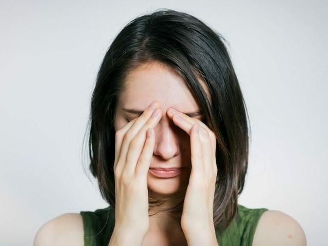 Mal di testa 'dietro agli occhi':quali sono le cause, come si cura