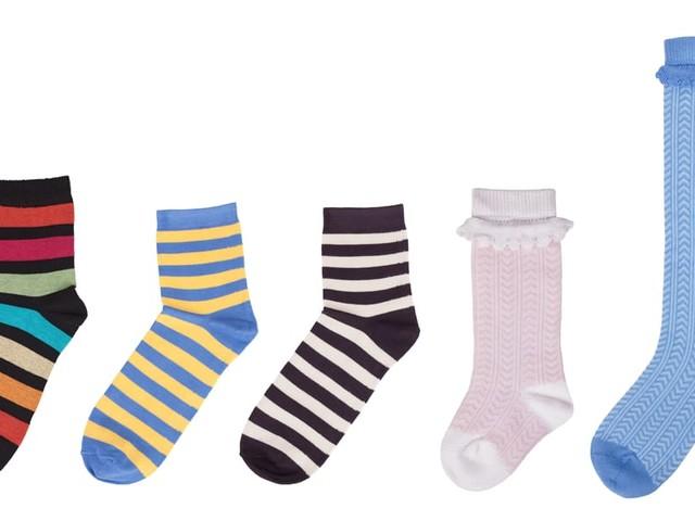 Non gettate i calzini spaiati. Pochi tocchi e diventano sacchetti profumati e paraspifferi