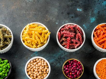 Pasta di legumi, il boom sugli scaffali dei supermercati: storia, proprietà, prezzi. Ne parla Günther Karl Fuchs su Papille Vagabonde