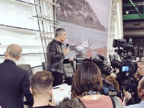 """Fiorello show a Sanremo in sala stampa, tra satira politica e orario a sorpresa: """"Dirò chi voto, ma non so quando uscirò"""""""