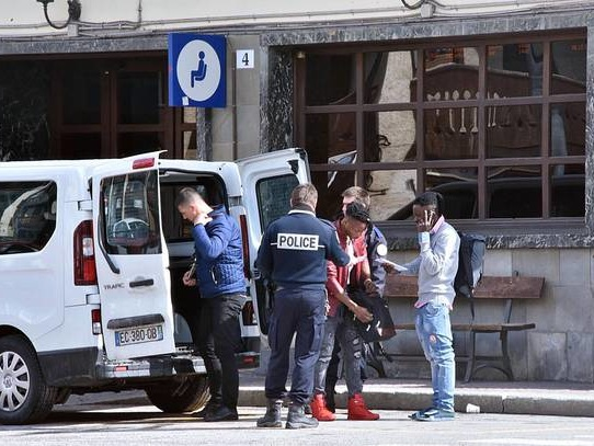 Gendarmeria francese vista lasciare migranti a confine Italia