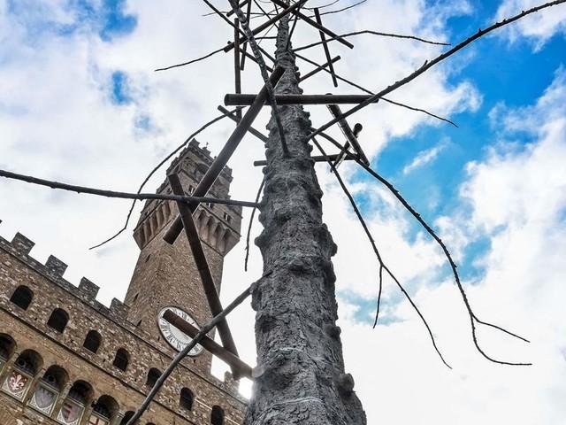 Perché non c'è Dante nell'albero di piazza della Signoria