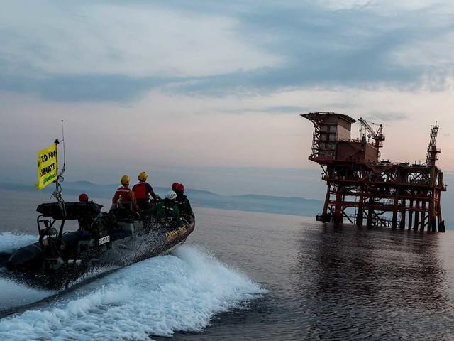 Piattaforme di estrazione del gas: blitz di Greenpeace nello stretto di Sicilia (FOTOGALLERY)