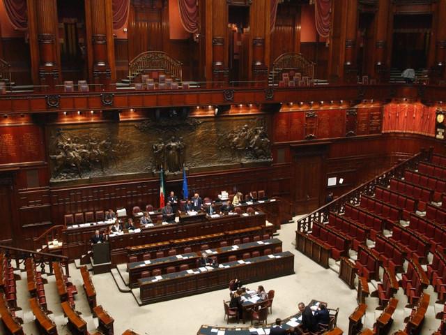 Parlamento bloccato? E gli onorevoli si godono il maxi ponte fino al 7 maggio (e ricevono il primo stipendio di 13mila euro)
