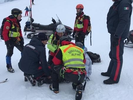 Cade sulle piste da sci e batte la schiena: adesso rischia la paralisi