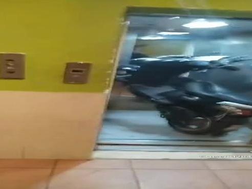 Corviale, lo scooter in ascensore diventa virale sui social. L'Ater denuncia