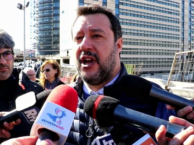 Caos a Mondragone: scontri e tensioni, Salvini interrompe il comizio