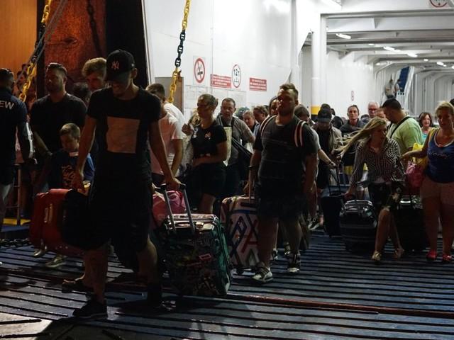 """Fuga dei turisti da Ischia dopo il terremoto. Assalto ai traghetti: """"Scappiamo: non vogliamo rischiare"""