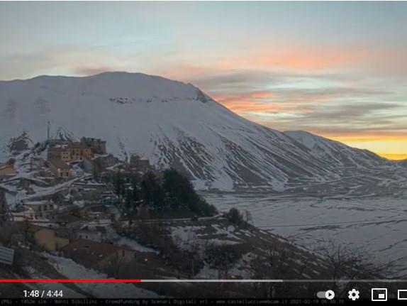 Castelluccio di Norcia tra la neve, un mese in un video