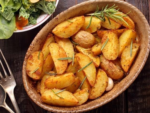 Patate al forno, la ricetta di un piatto a cui è impossibile resistere. Anche nella versione farcita