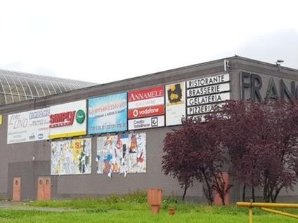 Centro commerciale «La Francesca» In quattro anni chiusi 18 negozi su 47