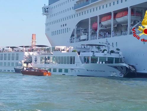 Disastro a Venezia, nave da crociera tampona un battello: 5 feriti – Video