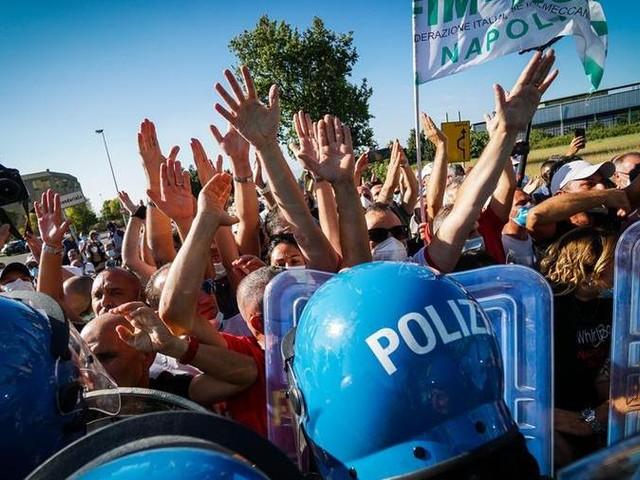 Whirlpool, i lavoratori bloccano le partenze a Capodichino
