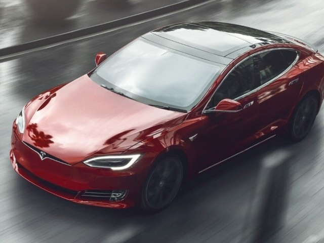 Canada - Dorme su una Tesla con l'Autopilot attivato a 150 km/h: ventenne nei guai