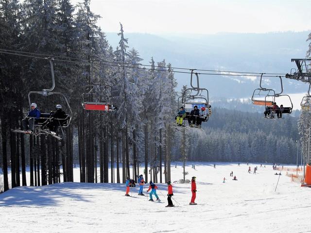 Ski family: i figli sciano gratis con lo skipass di mamma e papà