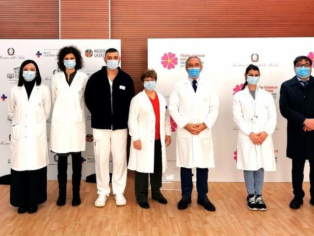 Ecco i primi operatori sanitari ad essere vaccinati allo Spallanzani