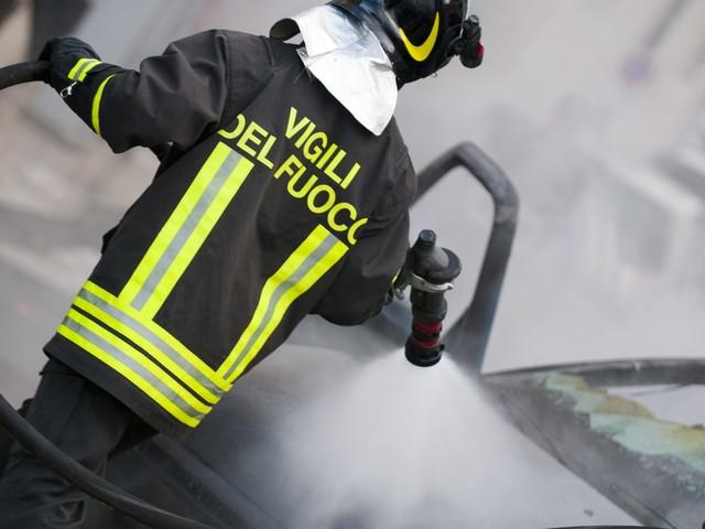 Incendio dietro metro Anagnina: vigili del fuoco sul posto, fumo sul Raccordo