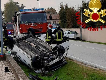 Scontro fra due auto, una cappotta sulla strada: ferite due donne