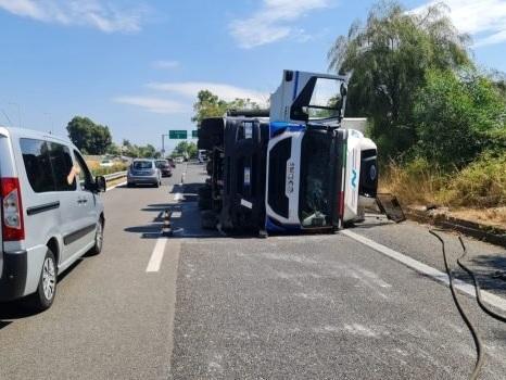 Camion di traverso sull'autostrada Catania-Messina: chiuso il tratto tra Acireale e Giarre