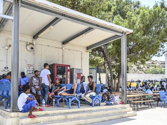 Lampedusa ridotta allo stremo. Clandestini in fuga dall'hotspot