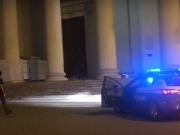 Rissa tra ragazzi in piazza Sant'Antonio, uno cade e sbatte la testa: è grave
